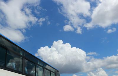 イメージ:バスと青空